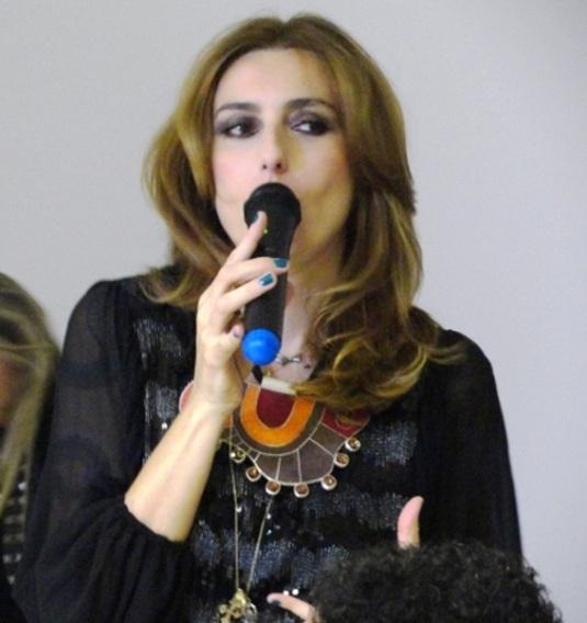 Chiara Gadeleta, morta de linda, usando um dos colares show da nova coleção da Kalina Rameiro.